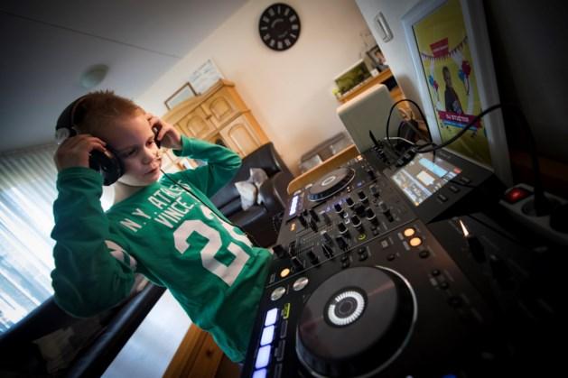 Ernstig zieke Guus (11) jongste dj op Limburgs festival