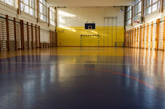 Plafond naar beneden in sportzaal Moesel
