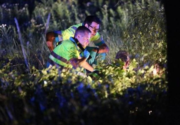 Bromfietser gewond in akker na botsing tegen boom