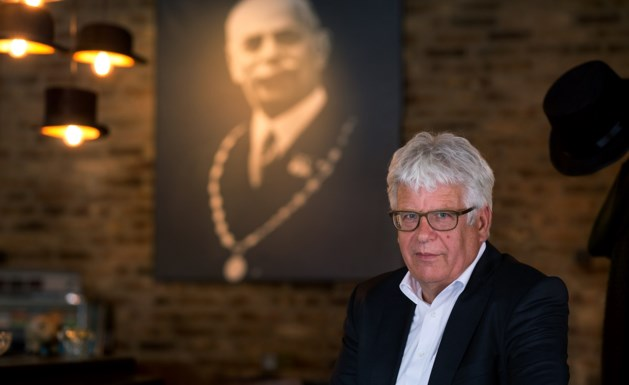 Staatsiefoto van burgemeester Cox aan de muur in Geleens café