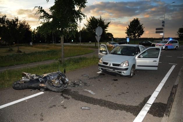 Motorrijder zwaargewond naar ziekenhuis nadat gas bleef hangen
