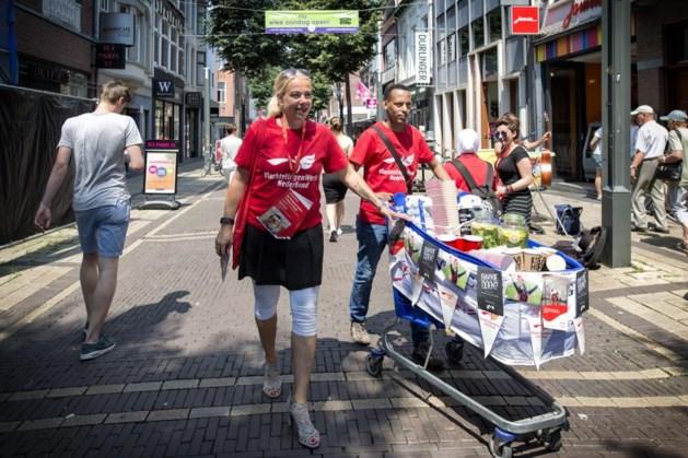 Vluchtelingen met koffie en water de straat op