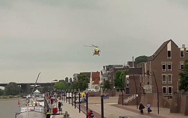Drenkeling in Waal, traumahelikopter landt op kade