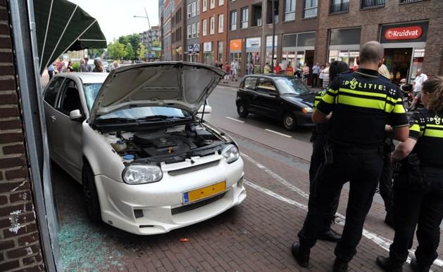 Auto tegen gevel: bestuurder met verwondingen afgevoerd