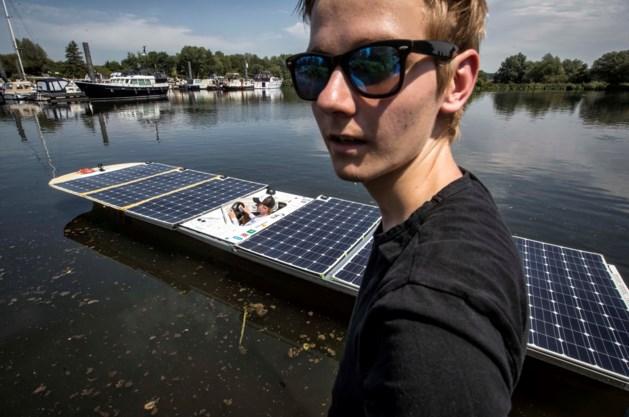 Futuristische zonneboot vaart over de Maas