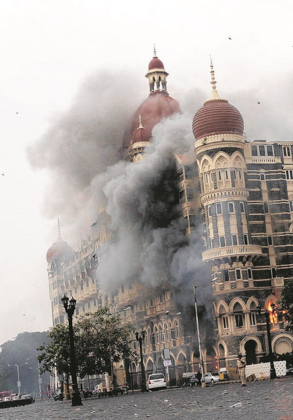 Het Taj Hotel in Mumbai tijdens de terroristische aanslag aldaar. © EPA