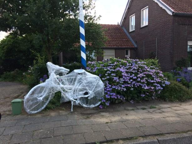 Mysterieuze in plastic gewikkelde fietsen zorgen voor hoofdbrekens