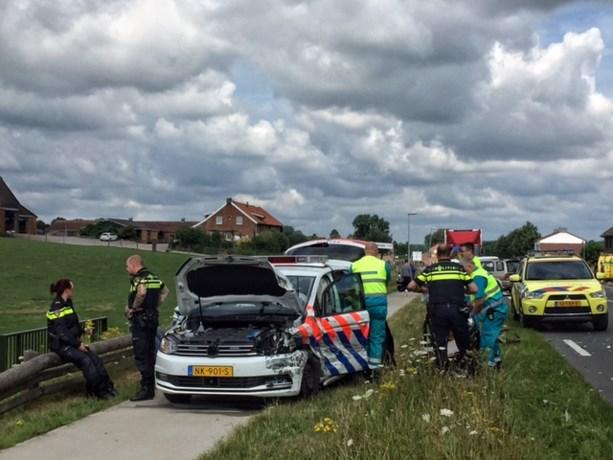 Politieauto knalt op aanhanger: agenten gewond