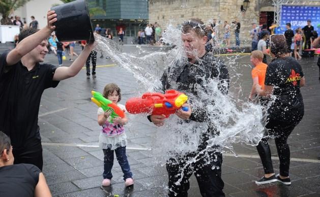 Veel volwassenen bij groot watergevecht in centrum Heerlen