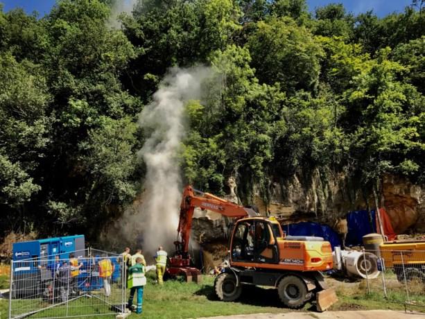 Brandweer begonnen met weghalen hooi uit grot