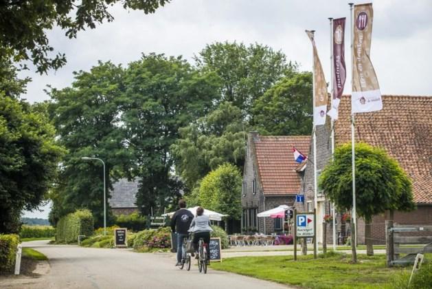 Broers in Kessel steggelen over wapperende vlaggen