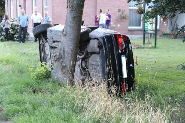 Auto botst tegen boom, bestuurder aangehouden