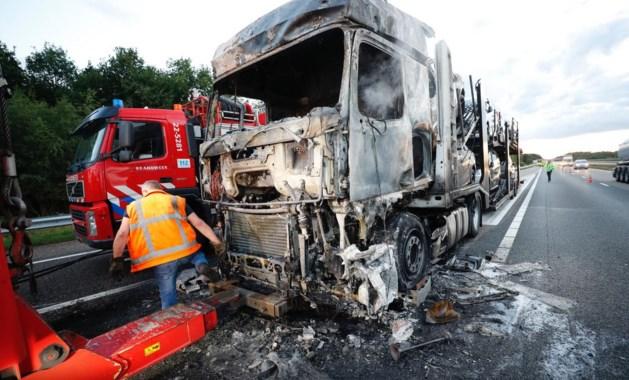 Vrachtwagen vliegt in brand, A67 richting Venlo dicht