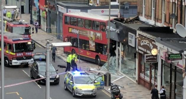 Dubbeldekker rijdt winkel binnen in Londen