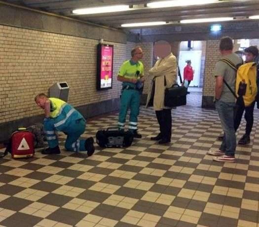 Man slaapt roes uit in stationshal, hulpdiensten rukken uit