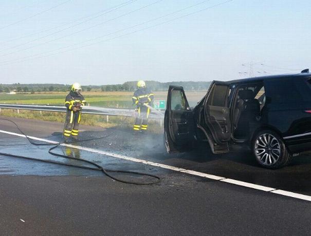 Range Rover in lichterlaaie op A73 bij Linne