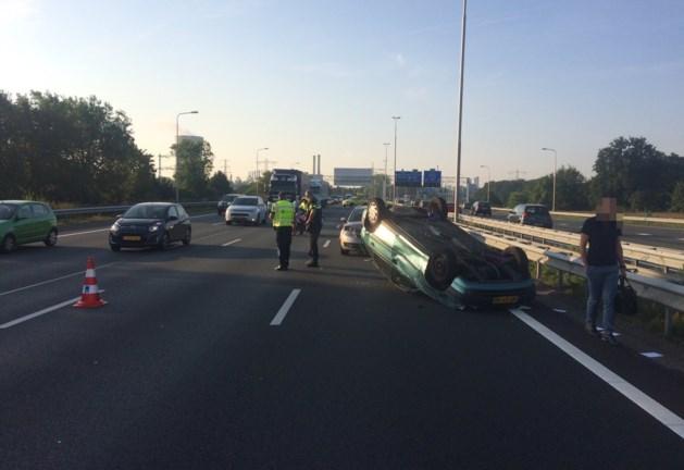 Auto slaat over de kop, fikse vertraging op de A2