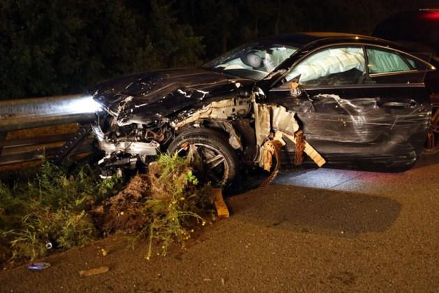 Auto ramt pijlwagen op A67, één gewonde
