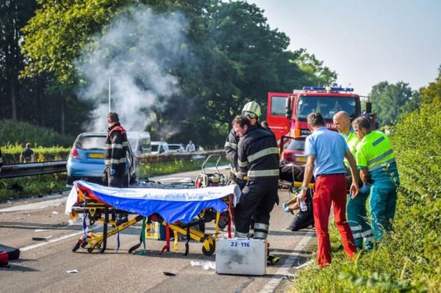 Omstanders halen man uit brandende auto na aanrijding in Eindhoven