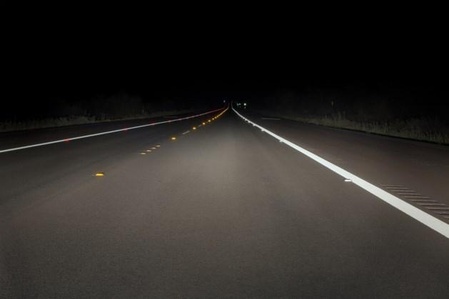 Nachtelijke wandelaar langs A73 van de weg gehaald