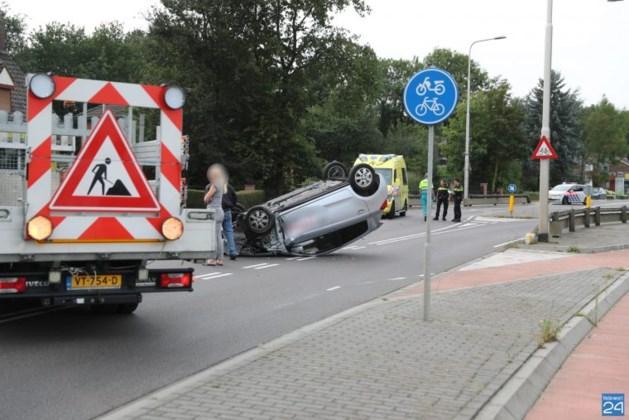 Auto slaat over de kop: bestuurder raakt gewond
