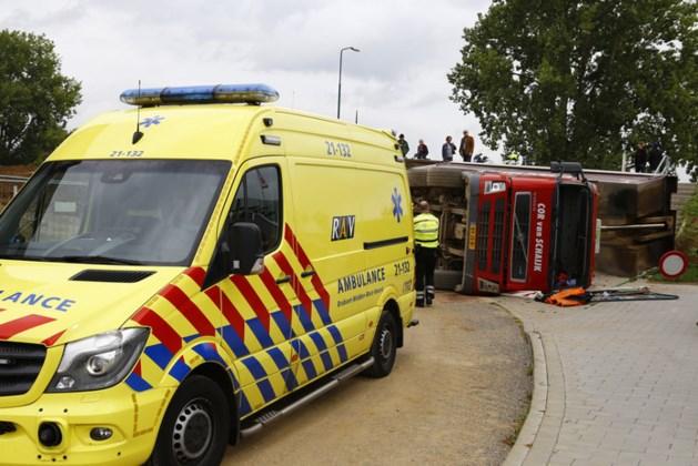 Vrachtwagen valt om bij lossen, bestuurster gewond