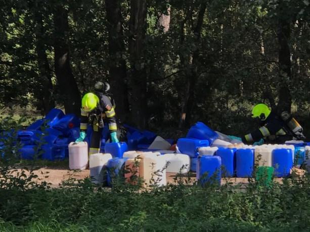 Lekkende vaten vol chemicaliën gevonden in Heythuysen