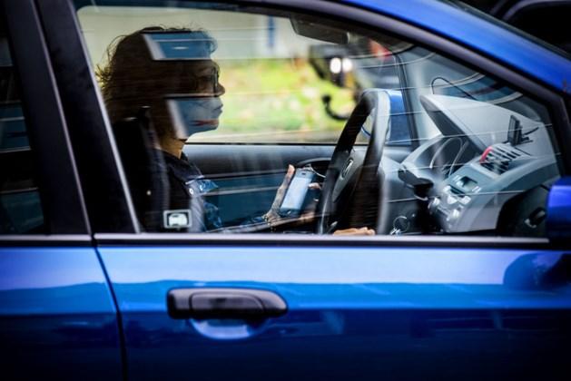 Politie deelt fors meer boetes uit voor bellen tijdens het rijden