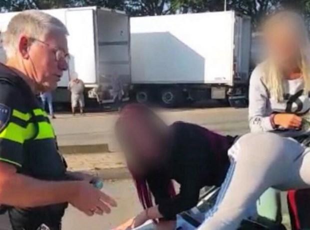 Agenten krijgen 'rode oortjes' van strippende dames