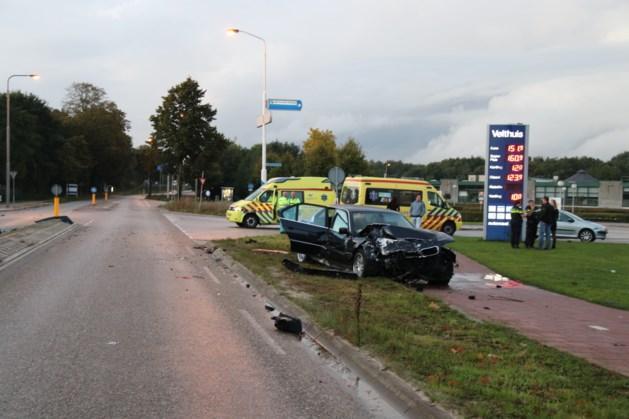 Auto's botsen hard: twee mensen naar ziekenhuis
