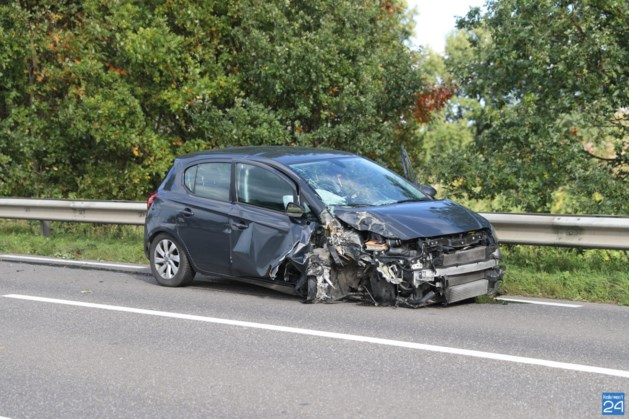 Automobilist gewond na harde crash tegen boom