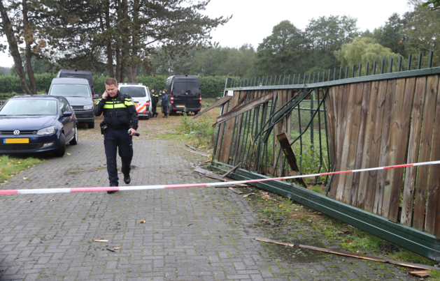 Inval bij drugslab, poort ingeramd door pantserwagen