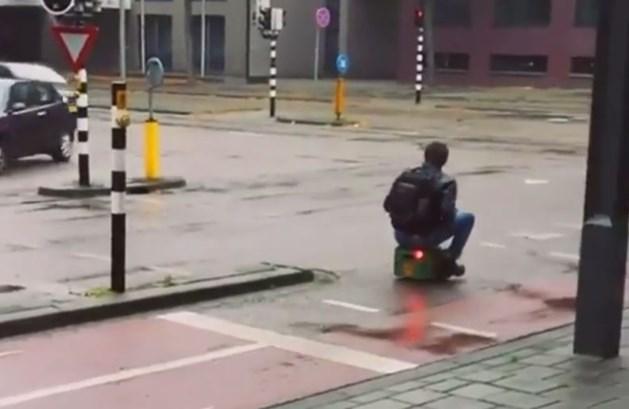 Man rijdt rond op bierkratje met kentekenplaat en achterlicht