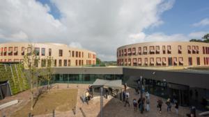 Minder aanmeldingen, Arcus-college zet mes in organisatie