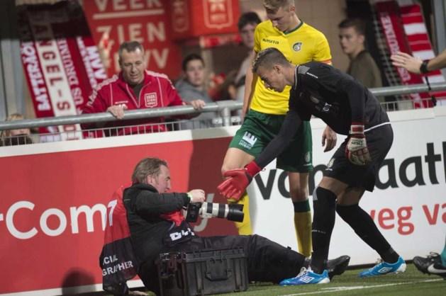 MVV-speler kegelt fotograaf omver in toch al spannende derby