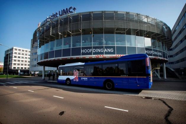 Past niet: nieuwe elektrische bus te hoog voor hoofdingang AZM