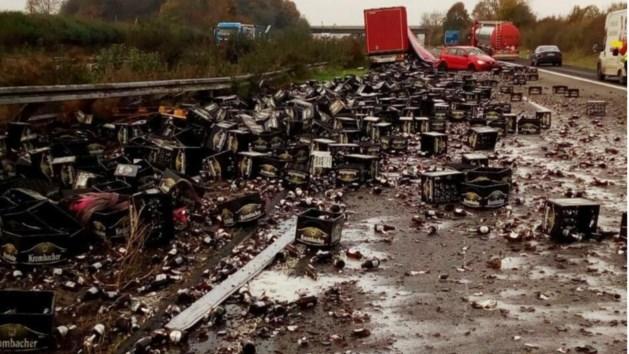 30.000 flesjes bier aan diggelen bij ongeluk op snelweg