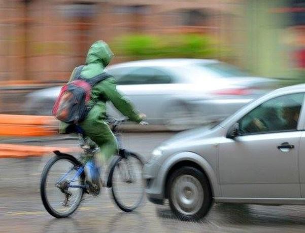 Automobilist rijdt door na aanrijding met fietsster