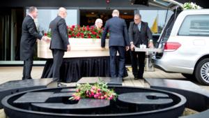 Supporters bewijzen laatste eer aan Nol Hendriks