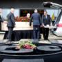 Prominenten en supporters bewijzen laatste eer aan Nol Hendriks