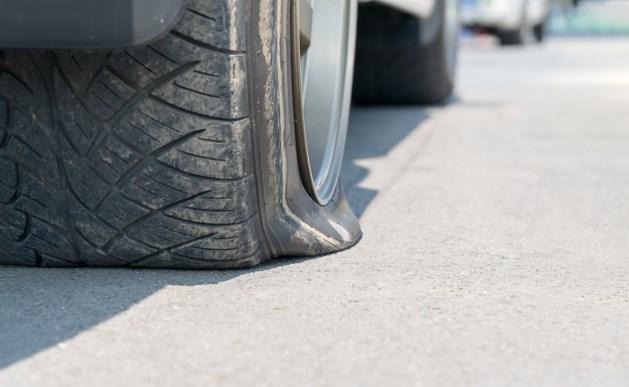 Zeven banden lek gestoken in een straat