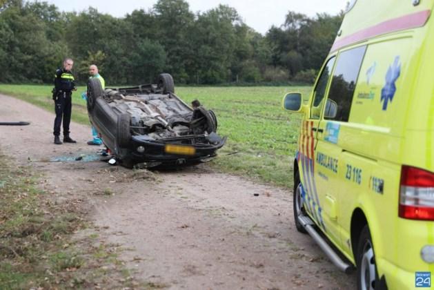 Auto slaat over de kop na klapband, inzittenden gewond