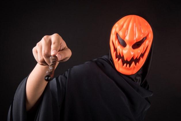 Overvaller met oranje halloweenmasker op de vlucht voor politie