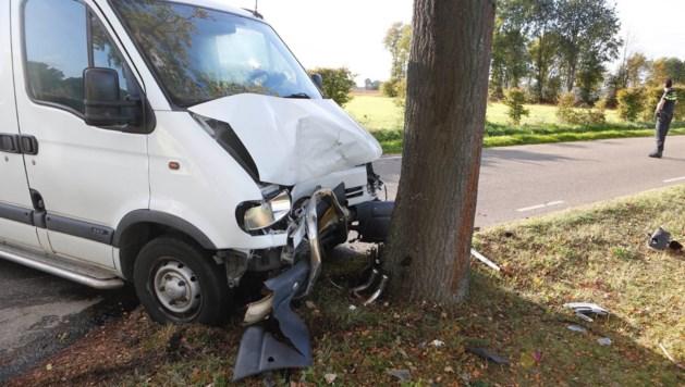 Bestuurder gewond na ongeluk tussen bestelbus en auto