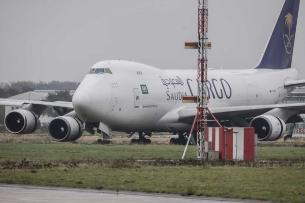 Gestrand vliegtuig weggesleept: vliegveld Beek weer open