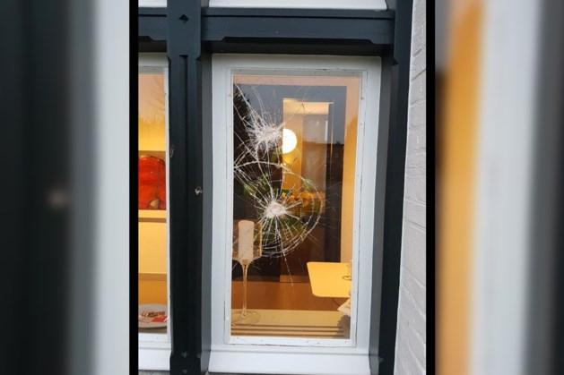 Onverlaten gooien opnieuw raam aan diggelen