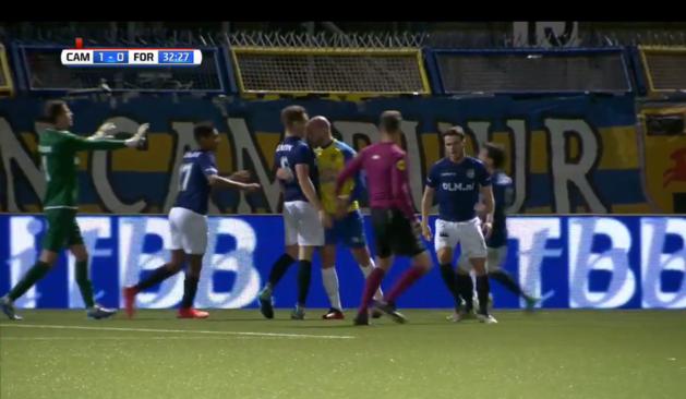 Video: Bryan Smeets van het veld na kopstoot aan Fortuna-speler