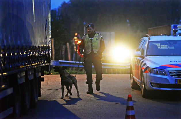 Vier mensen opgepakt bij grootscheepse controle Marechaussee