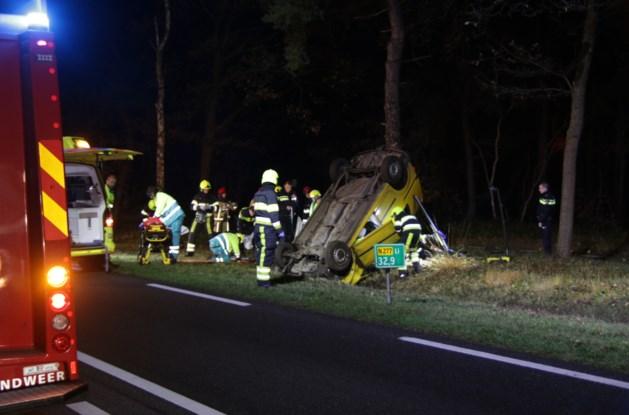 Auto slaat over de kop: traumahelikopter opgeroepen