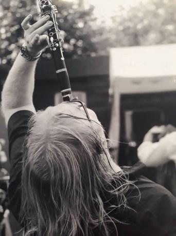 Emil Szarkowicz in zak en as: klarinet in friture gestolen